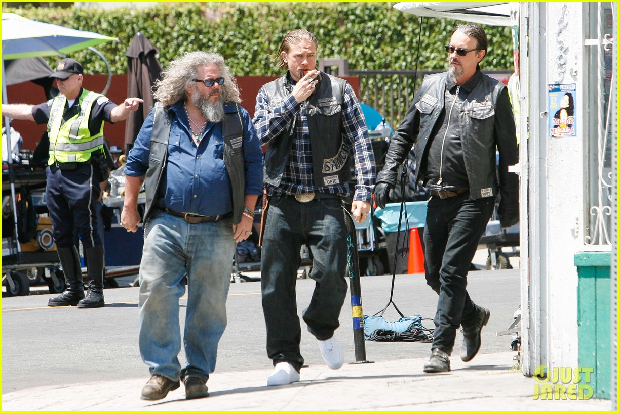 charlie hunnam gets all made up on sons of anarchy set 203124250