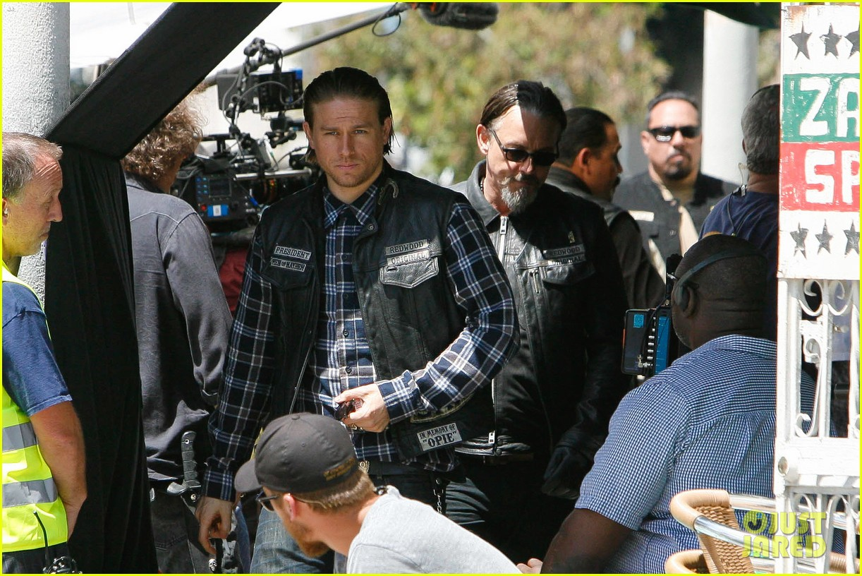 charlie hunnam gets all made up on sons of anarchy set 213124251