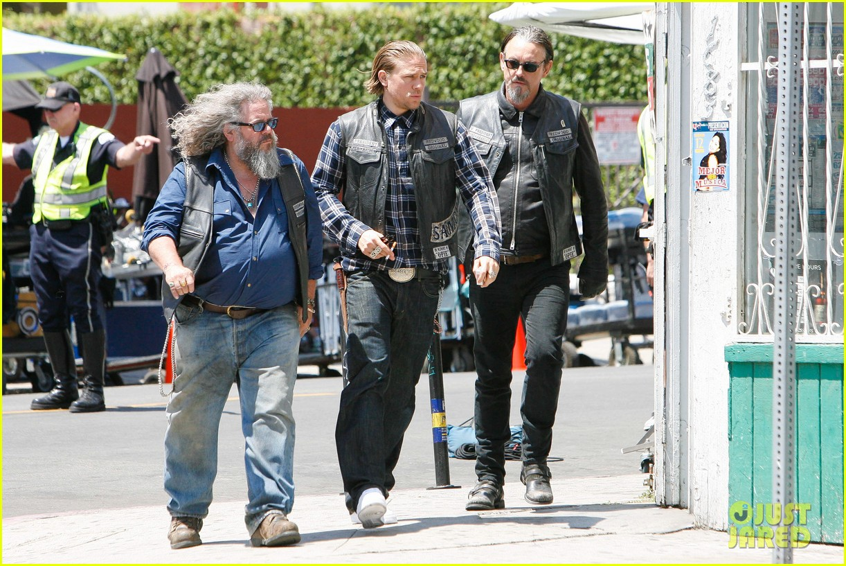 charlie hunnam gets all made up on sons of anarchy set 223124252