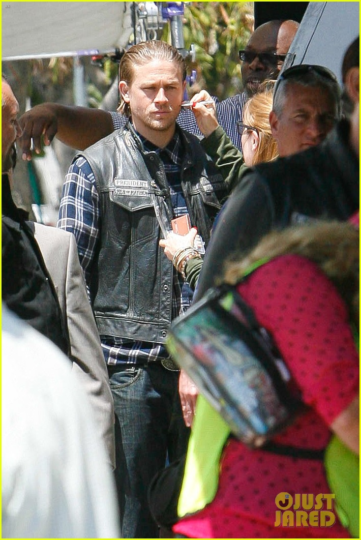 charlie hunnam gets all made up on sons of anarchy set 233124253