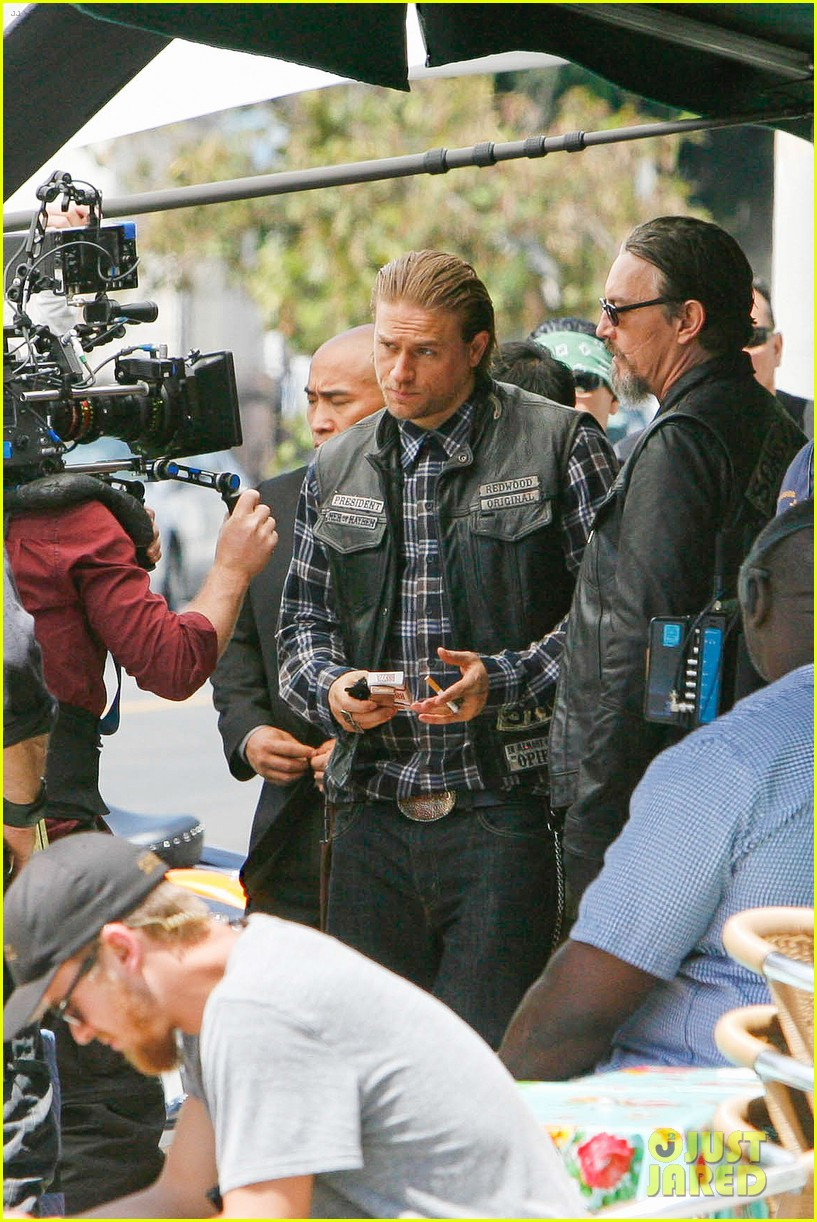 charlie hunnam gets all made up on sons of anarchy set 253124255