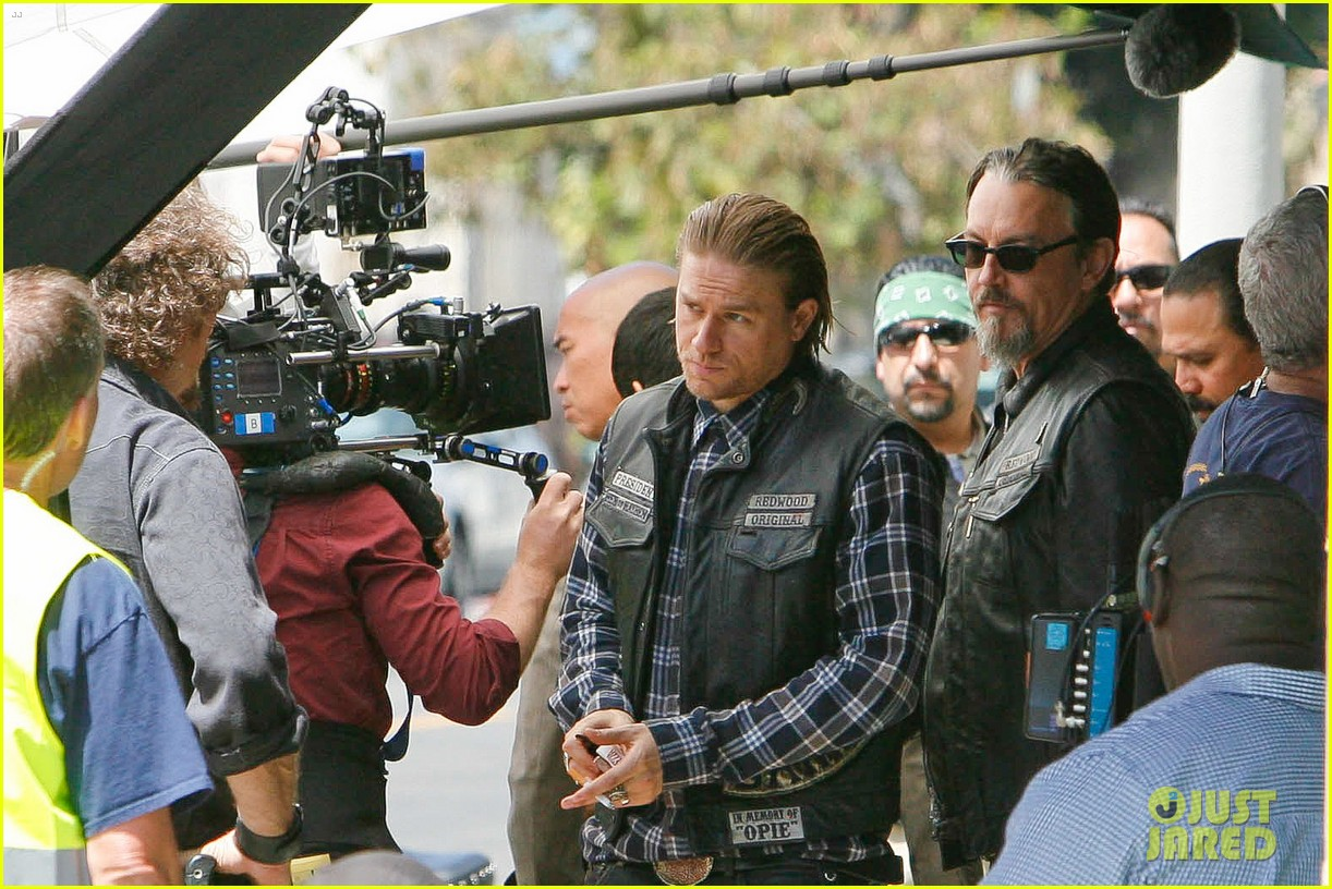 charlie hunnam gets all made up on sons of anarchy set 273124257