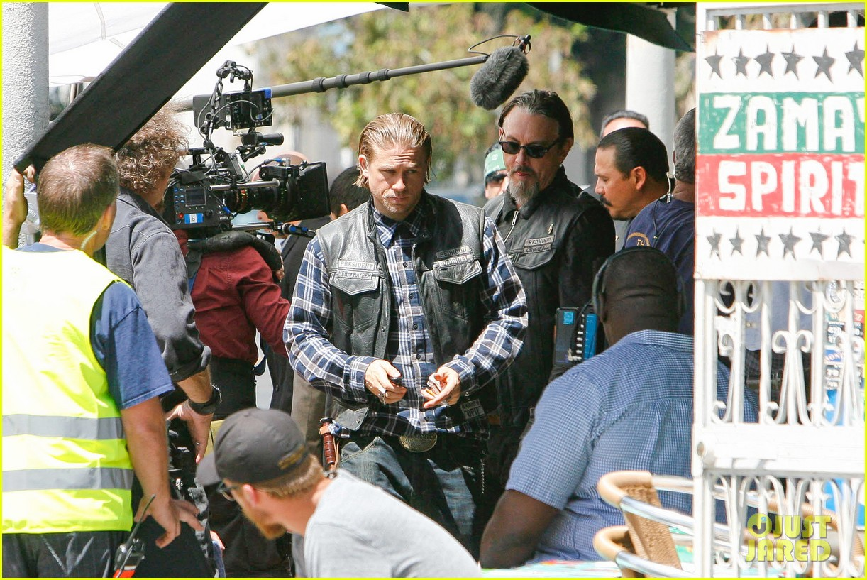 charlie hunnam gets all made up on sons of anarchy set 303124260