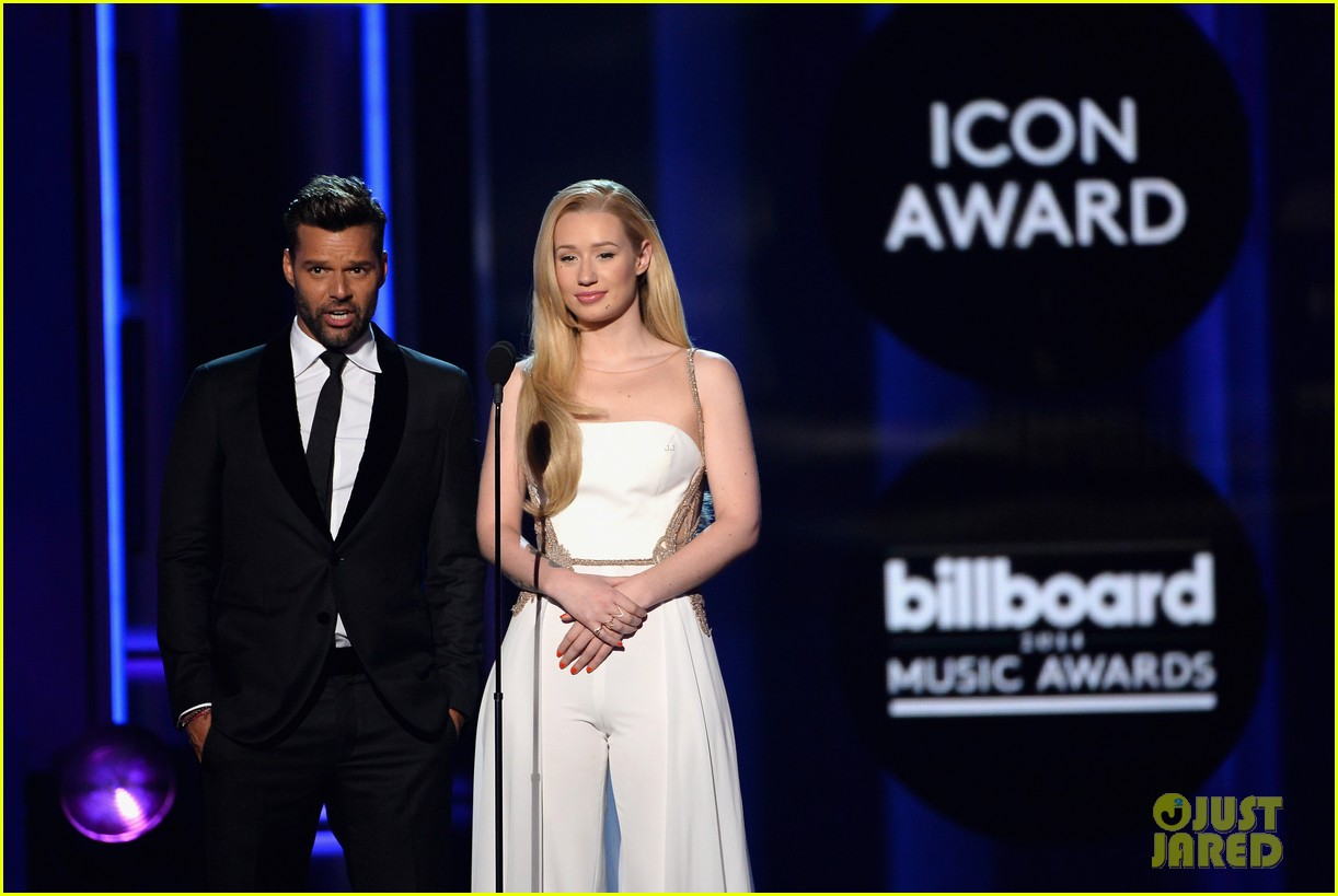 iggy azalea brings along beau nick young to billboard music awards 2014 013117023