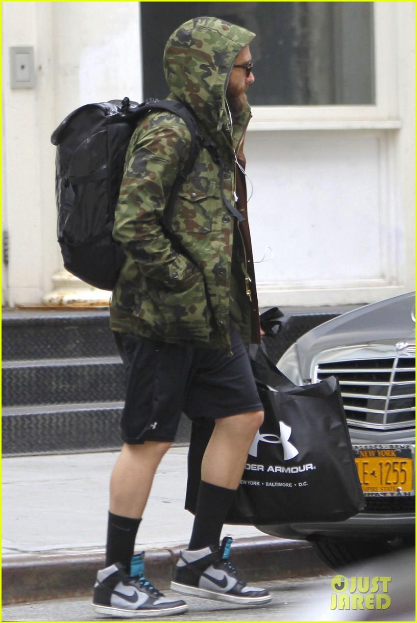 jake gyllenhaal doesnt let the rain keep him away 013109299