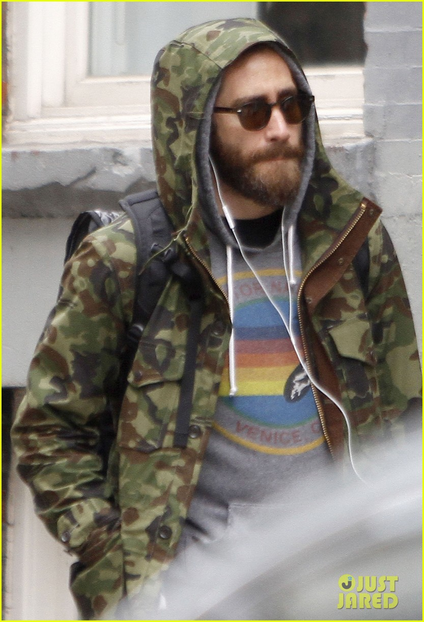 jake gyllenhaal doesnt let the rain keep him away 02