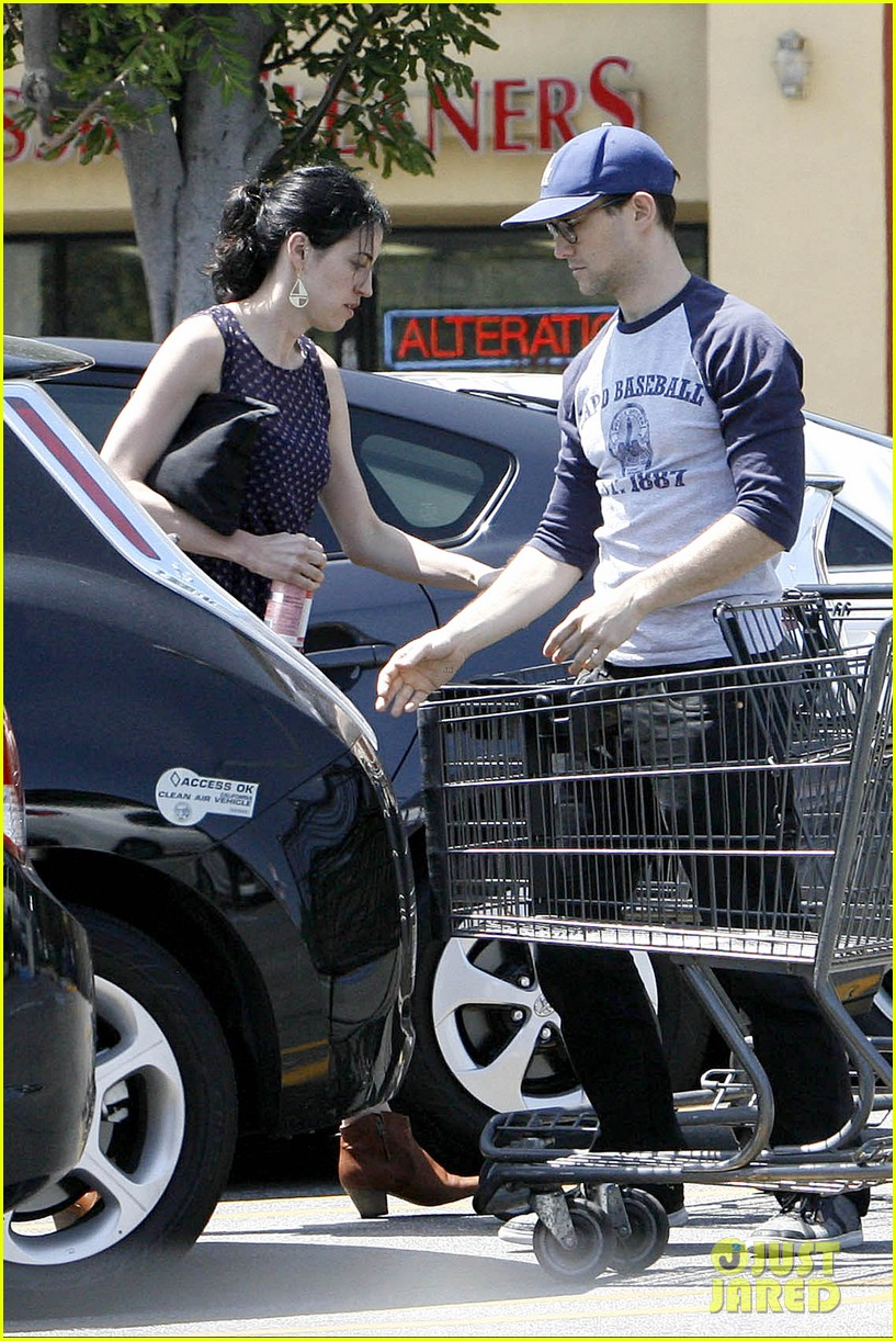 joseph gordon levitt holds tight to mystery woman 013111747
