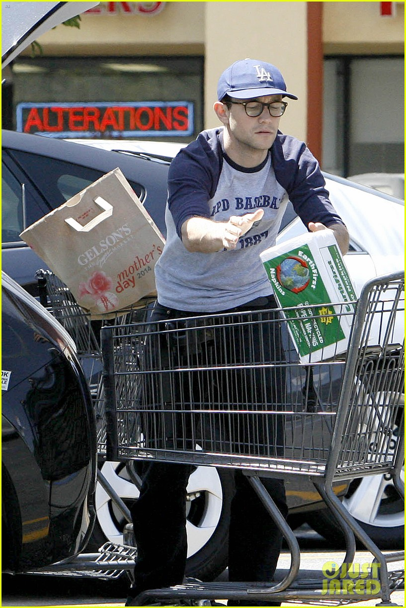 joseph gordon levitt holds tight to mystery woman 093111755