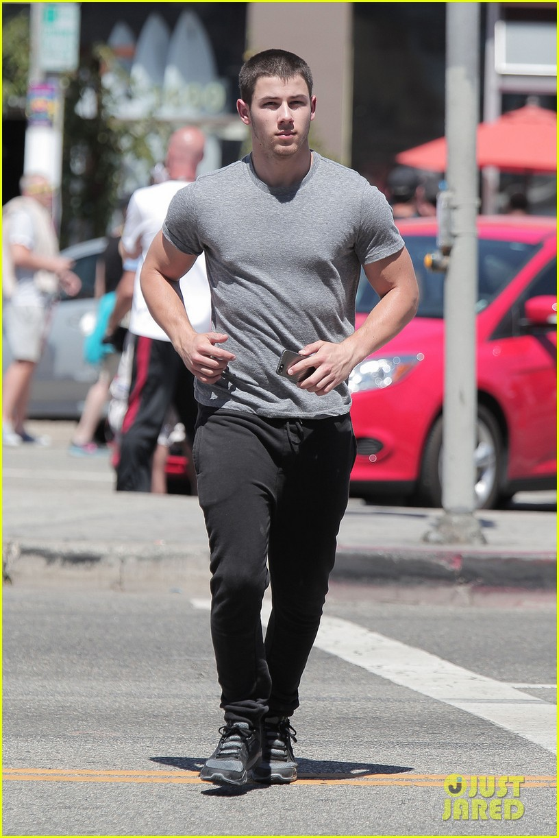 nick jonas bicep is bulging out of his shirt 023113971