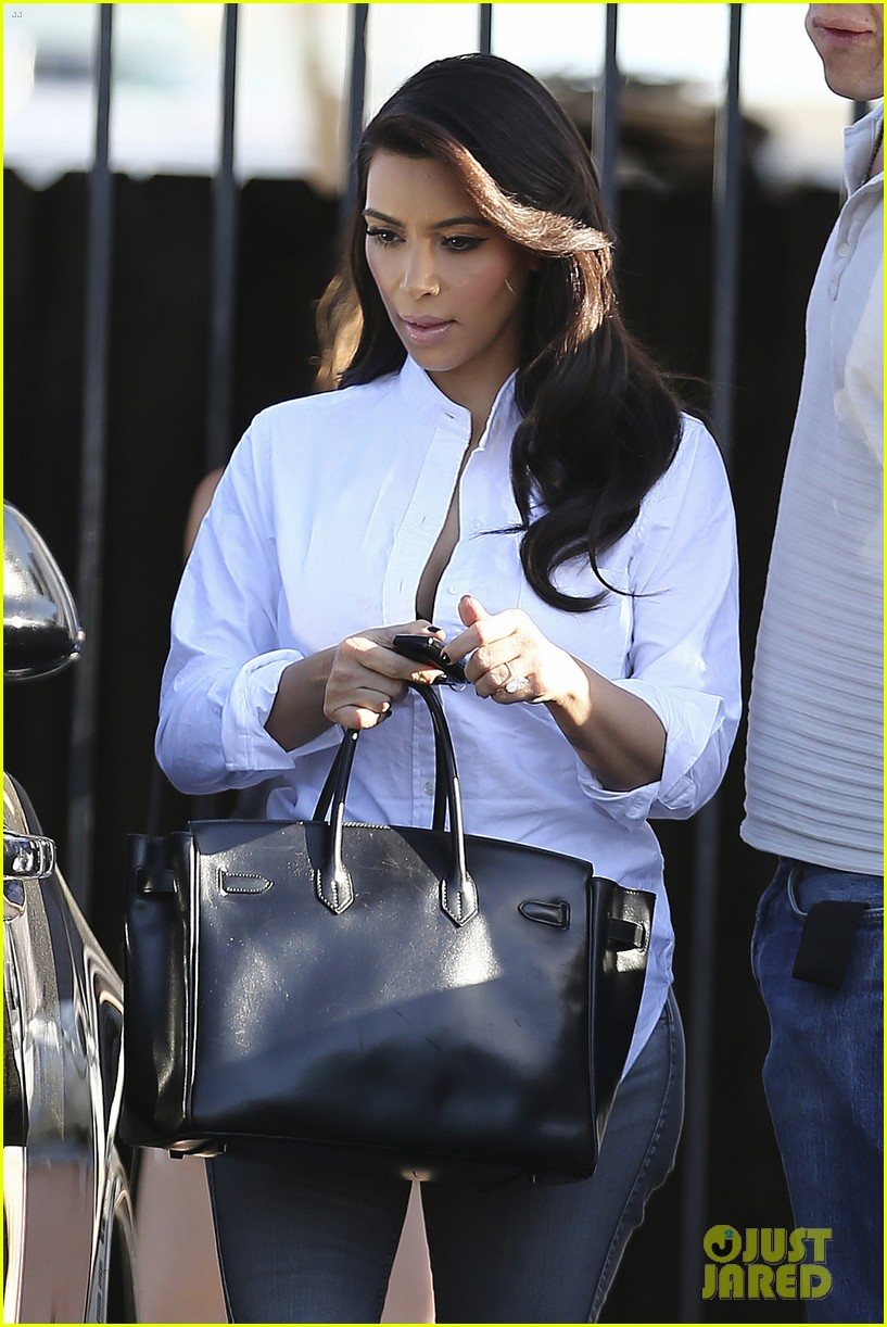 kim kardashian does an impromptu photo shoot at her home 063113647