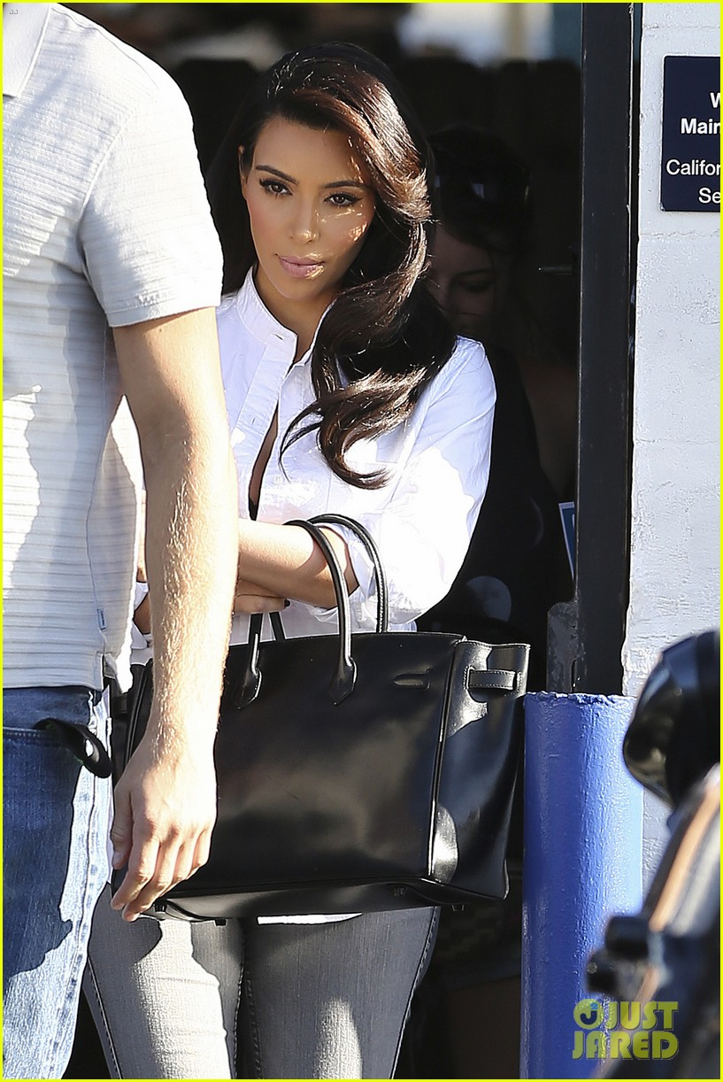 kim kardashian does an impromptu photo shoot at her home 09