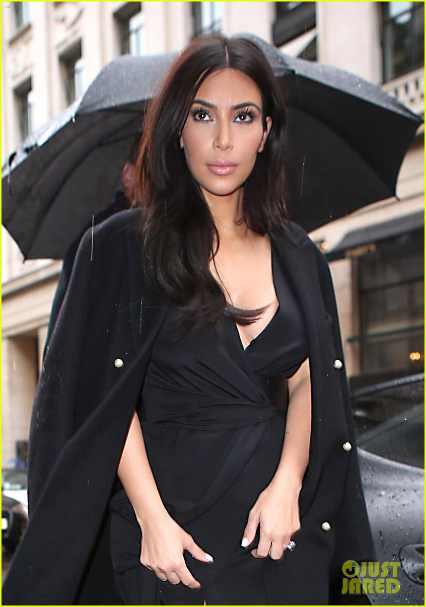 kim kardashian shows some leg at dinner with her family 043119155