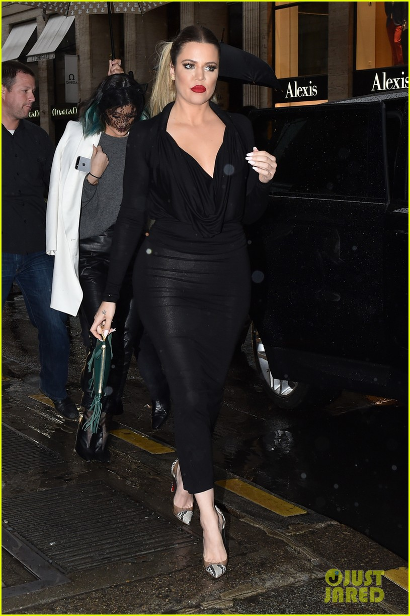kim kardashian shows some leg at dinner with her family 053119156