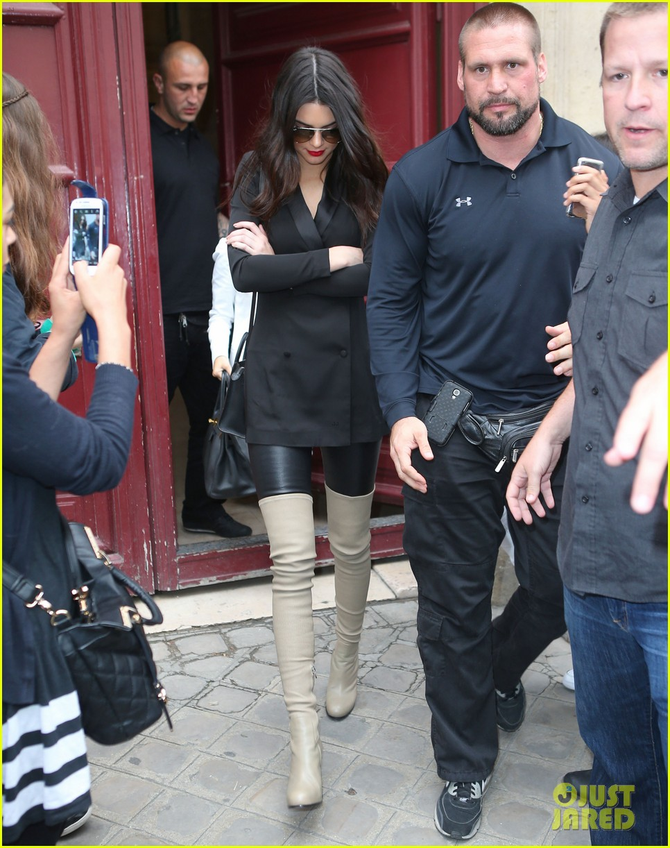 kim kardashian shows some leg at dinner with her family 133119164