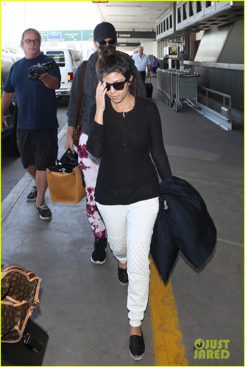 khloe kourtney kardashian touch down at lax just in time for mothers day 013111411