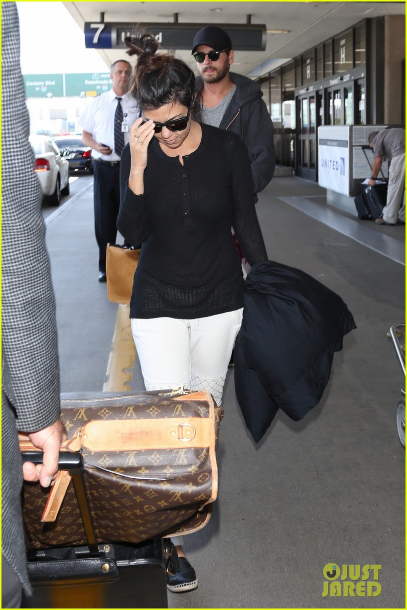 khloe kourtney kardashian touch down at lax just in time for mothers day 04