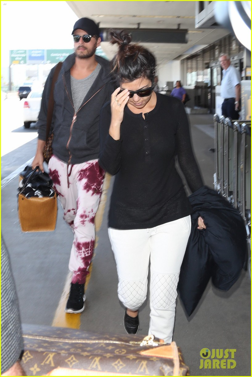 khloe kourtney kardashian touch down at lax just in time for mothers day 053111415