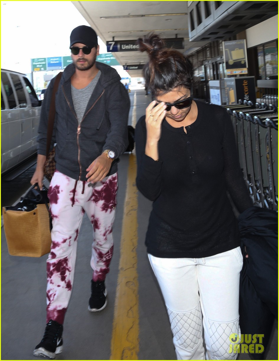 khloe kourtney kardashian touch down at lax just in time for mothers day 063111416