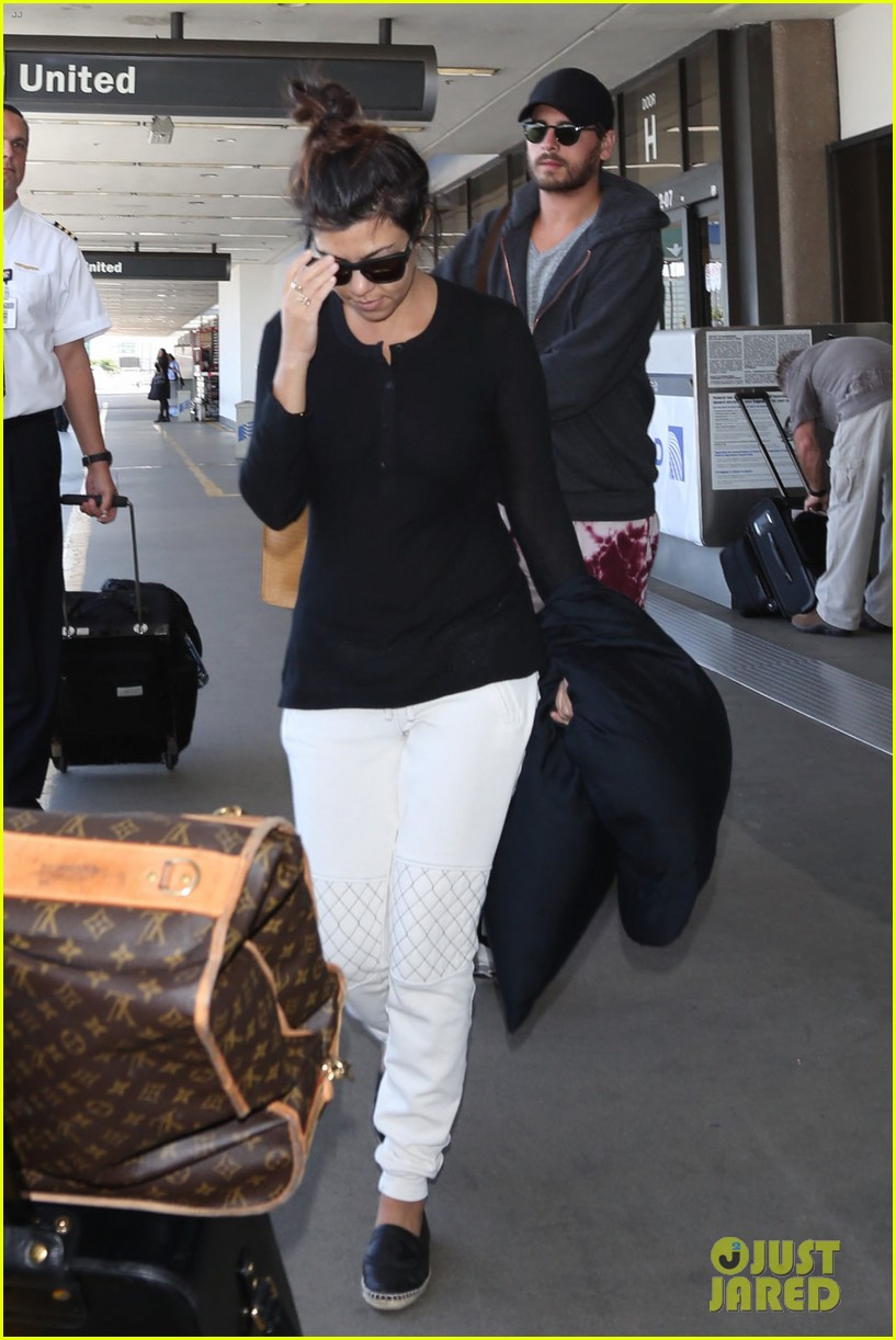 khloe kourtney kardashian touch down at lax just in time for mothers day 073111417