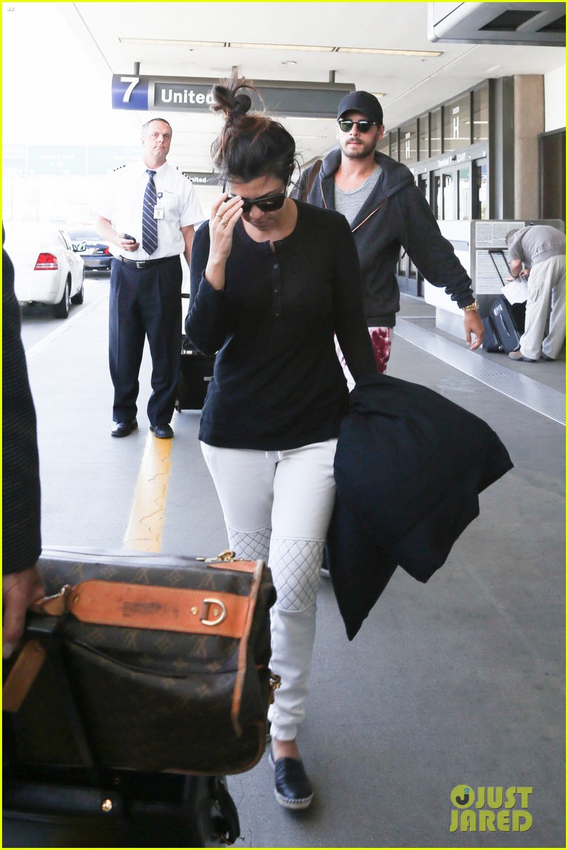 khloe kourtney kardashian touch down at lax just in time for mothers day 083111418