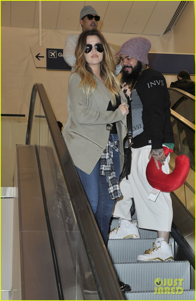 khloe kourtney kardashian touch down at lax just in time for mothers day 113111421
