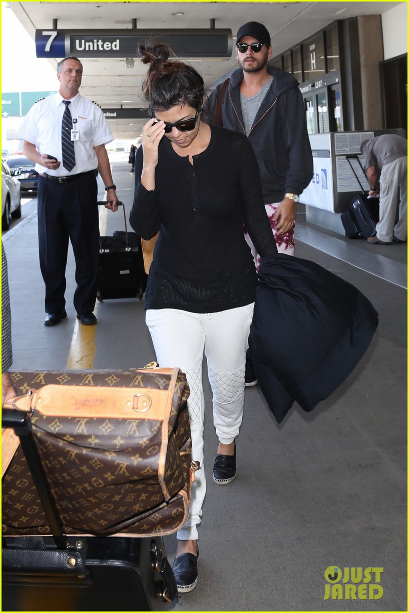 khloe kourtney kardashian touch down at lax just in time for mothers day 143111424
