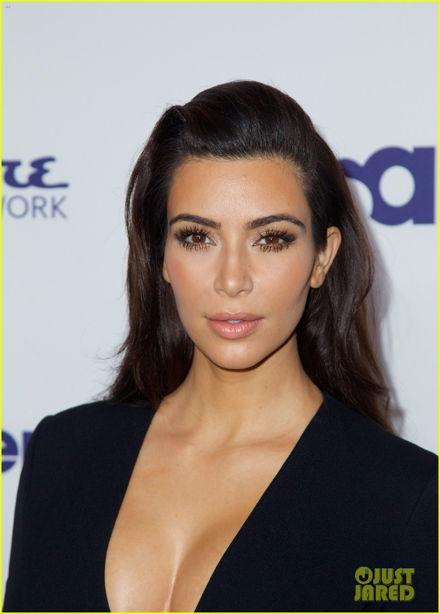 kim kardashian flashes major cleavage at nbcu upfronts 04