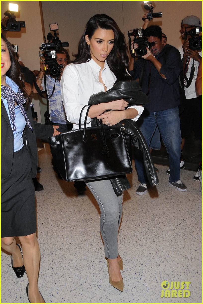 kim kardashian catches a flight out of town with khloe 013113860