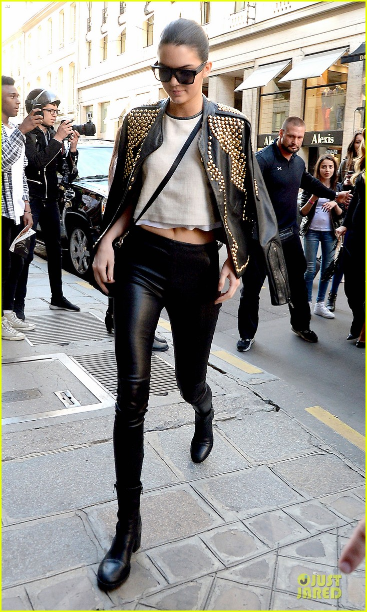 kim kardashian changes into sexy short dress 133120083
