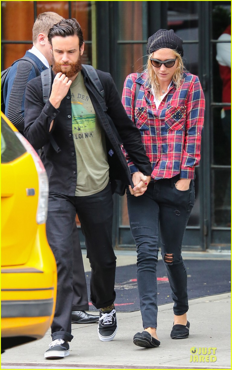 kesha boyfriend brad ashenfelter hold hands 033123428