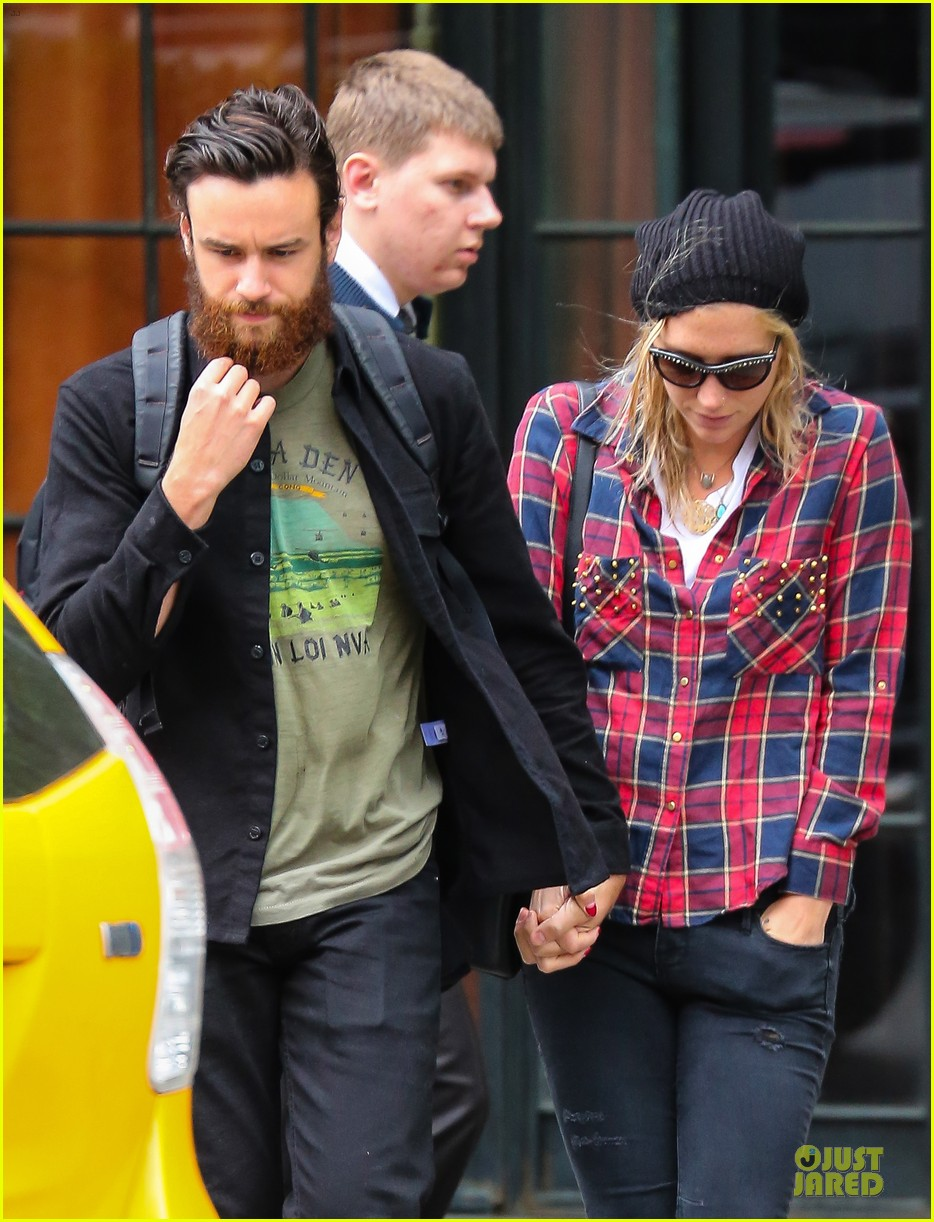 kesha boyfriend brad ashenfelter hold hands 043123429