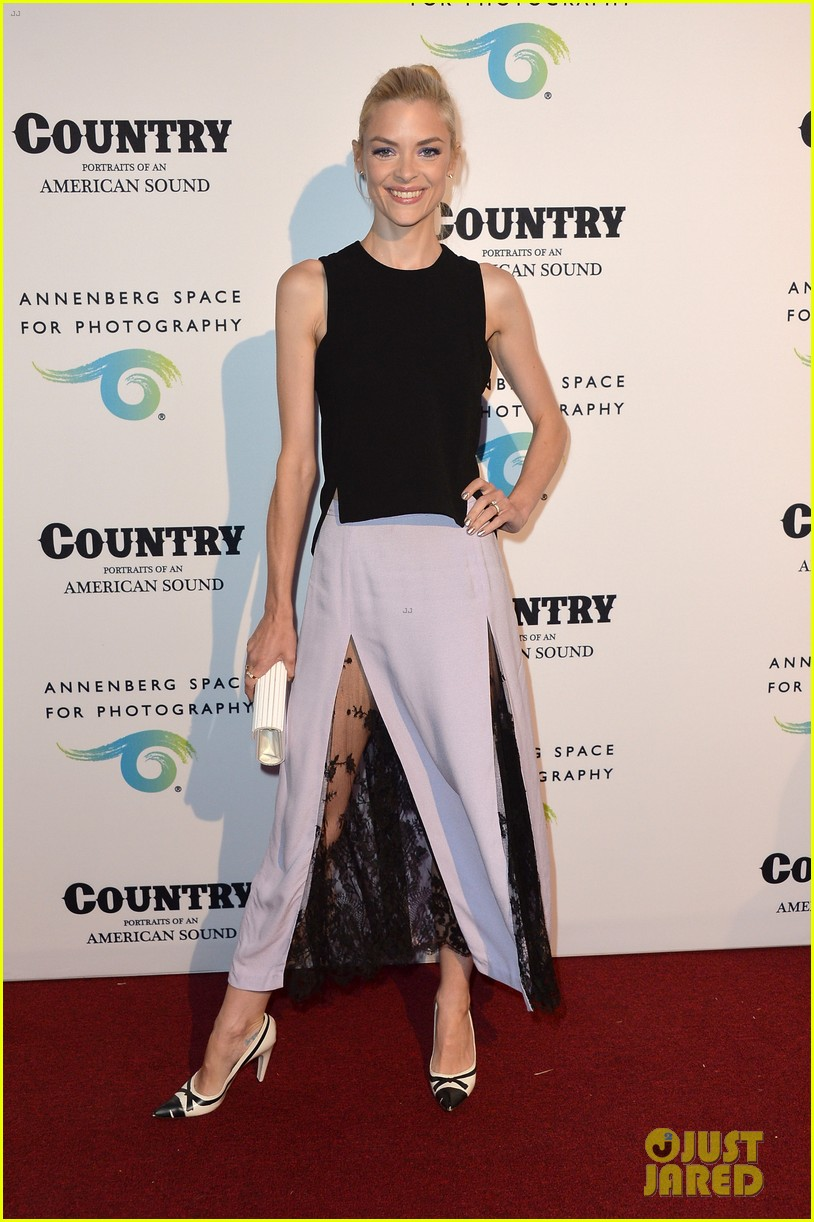 jaime king mandy moore annenberg space for photography country exhibit 073120376