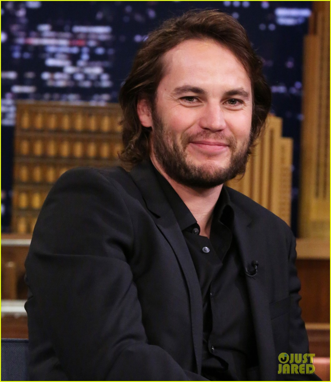 taylor kitsch plays slapshot with jimmy fallon on the tonight show 083113050