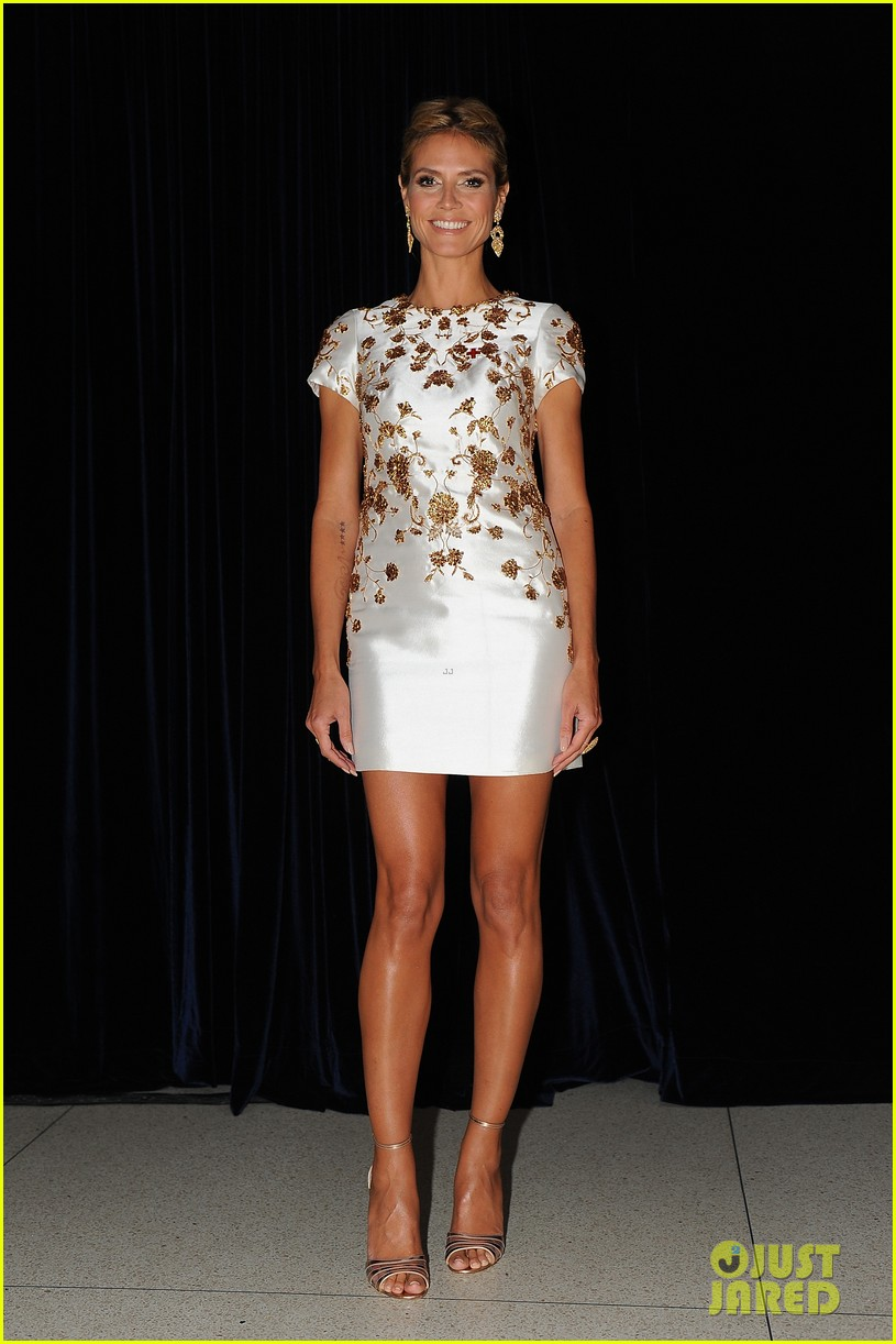 heidi klum american red cross crystal cross award 01