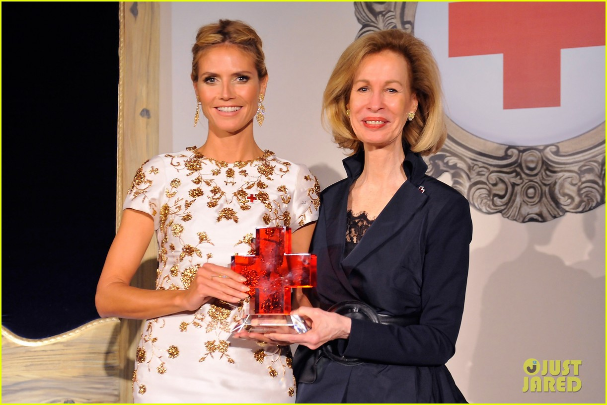 heidi klum american red cross crystal cross award 083116426