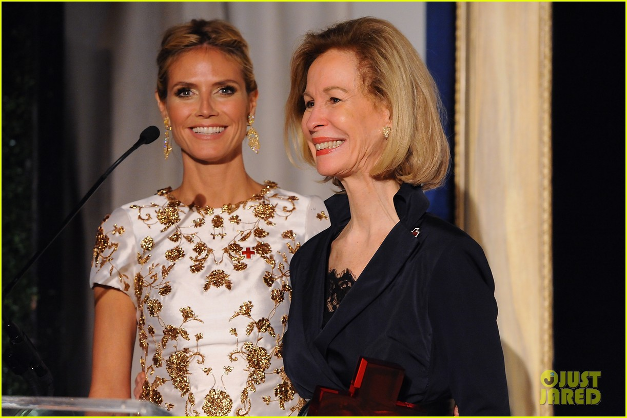 heidi klum american red cross crystal cross award 10