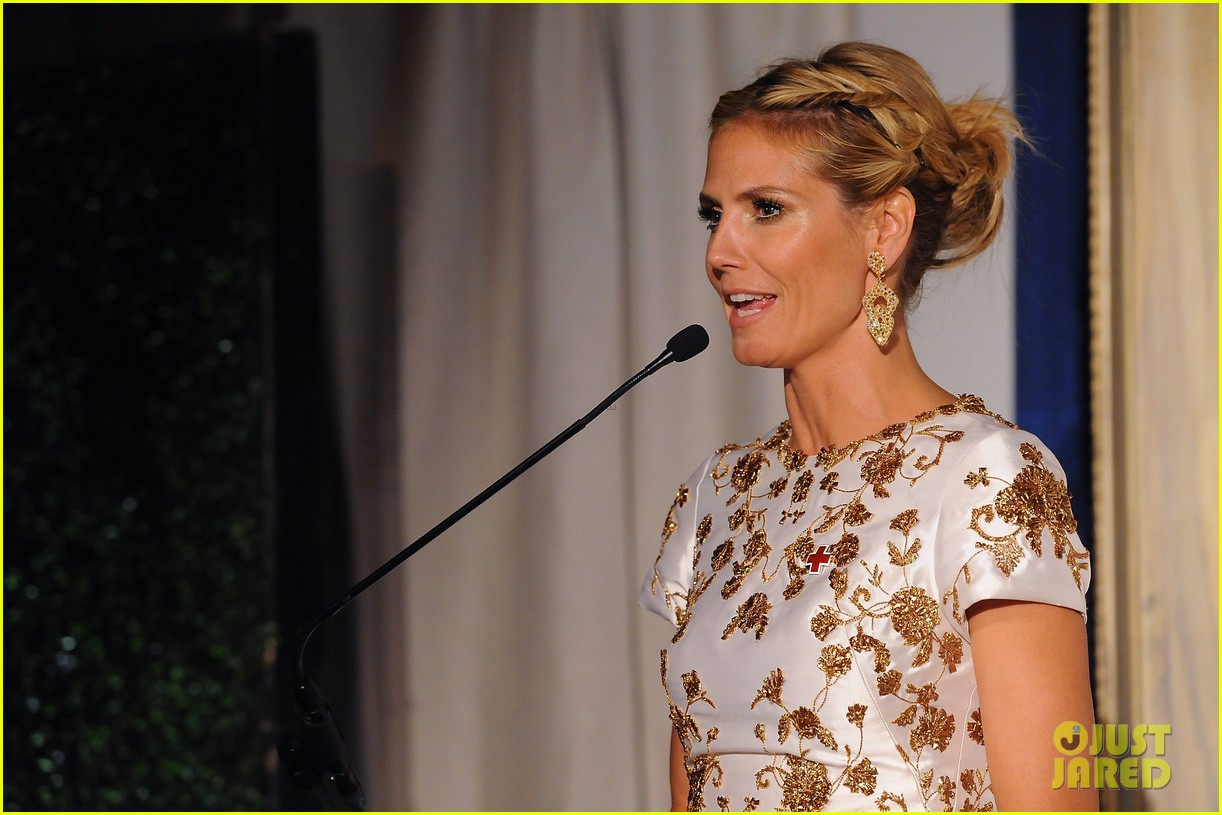heidi klum american red cross crystal cross award 11