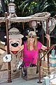 heidi klum navigate jungle cruise at disneyland 05