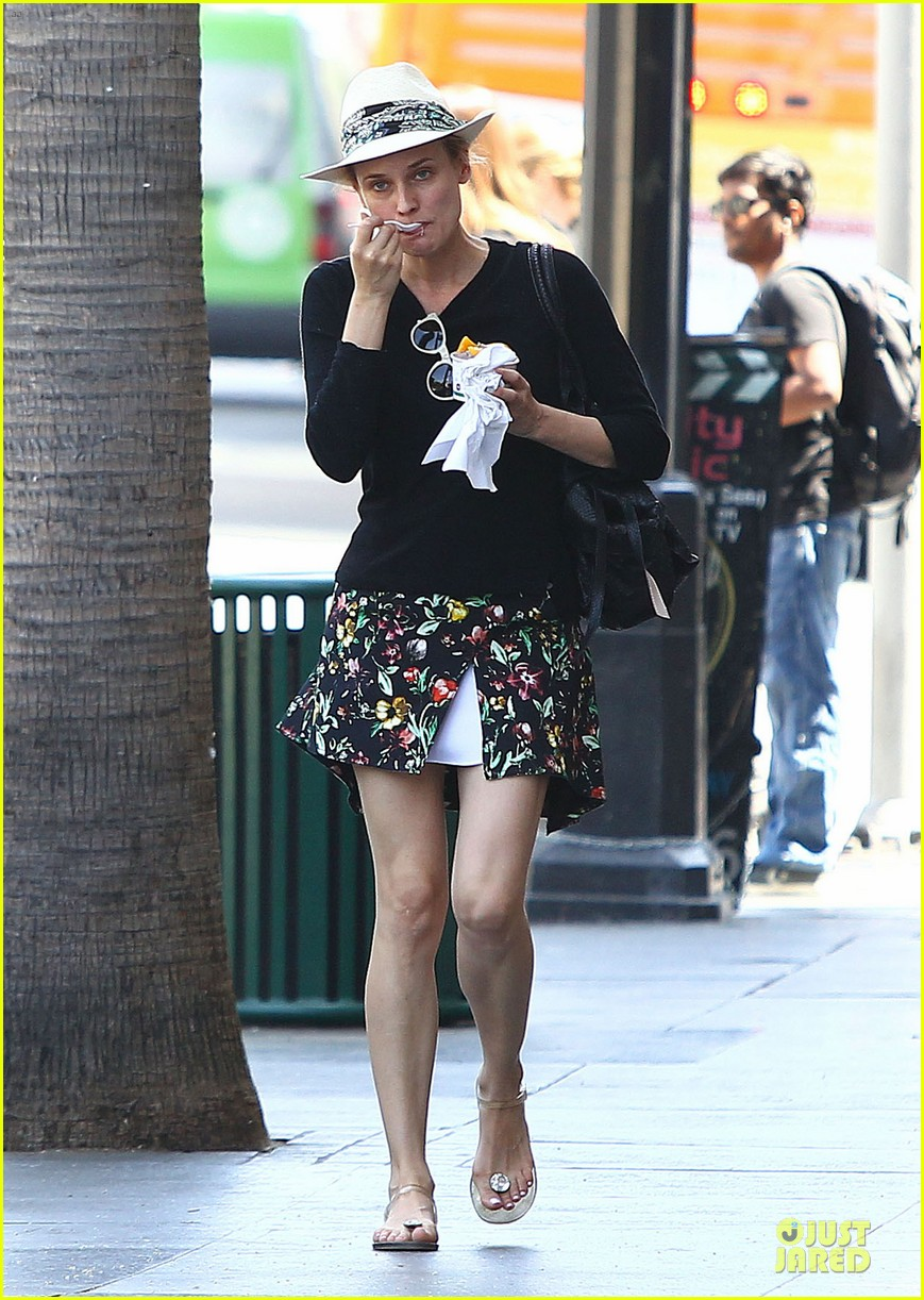 diane kruger eating yogurt look stylish 07