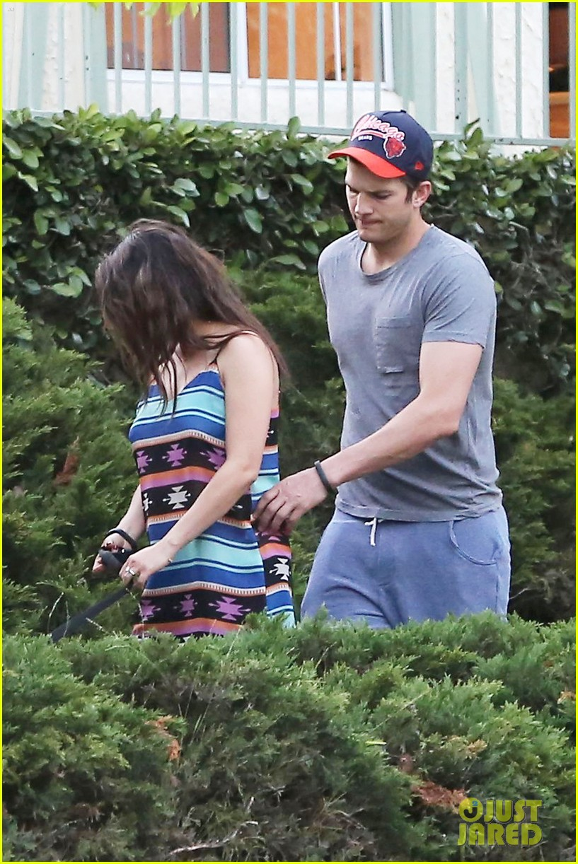 mila kunis hides her baby bump in loose fitting dress 093103810