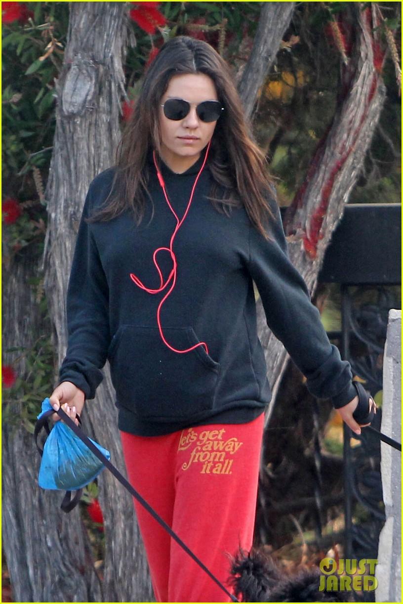 mila kunis hides her baby bump in her sweats 043110306