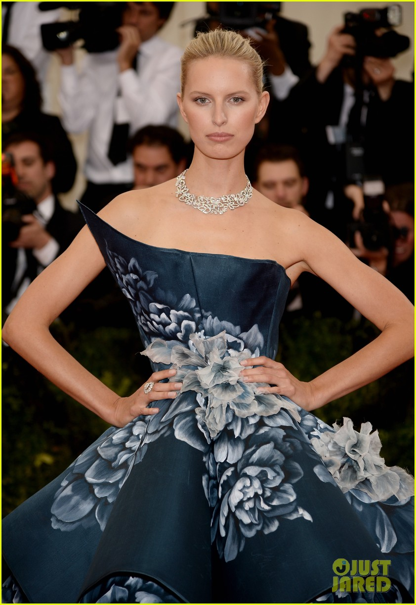 karolina kurkovas floral dress is unlike anything weve seen on met ball 2014 red carpet 023105975