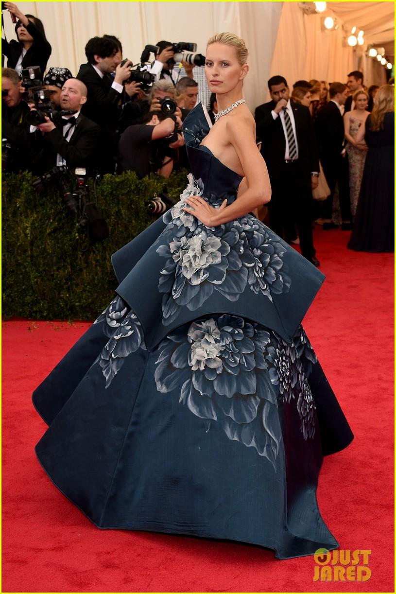 karolina kurkovas floral dress is unlike anything weve seen on met ball 2014 red carpet 033105976