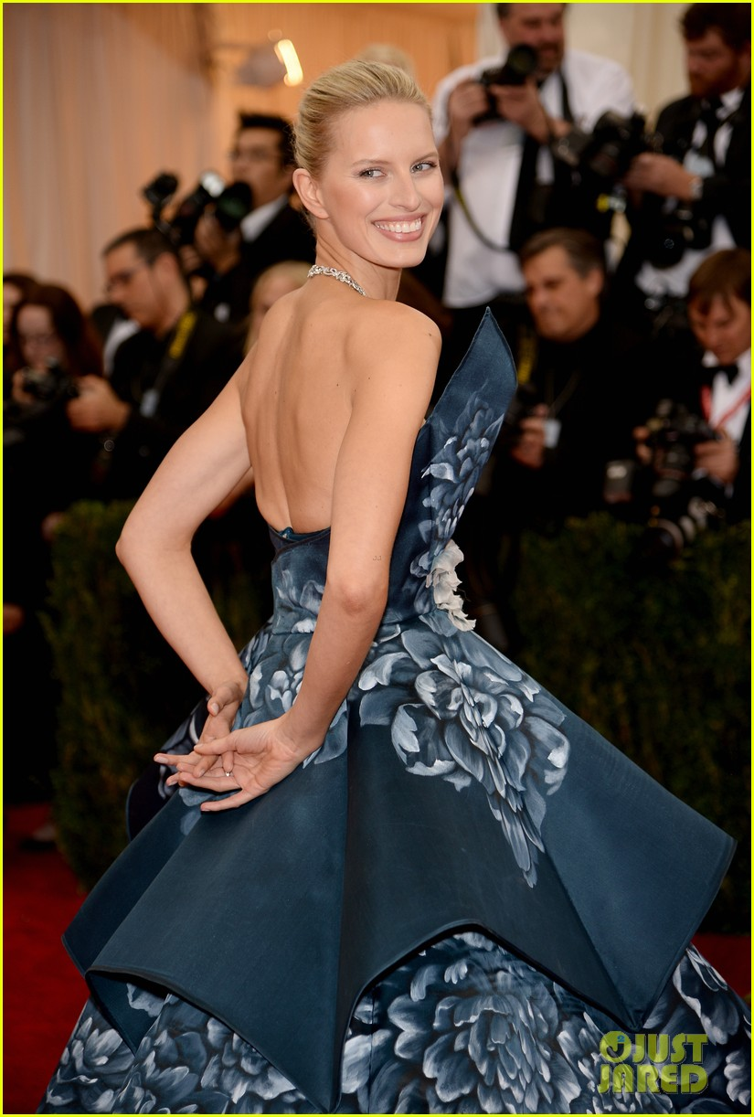 karolina kurkovas floral dress is unlike anything weve seen on met ball 2014 red carpet 043105977