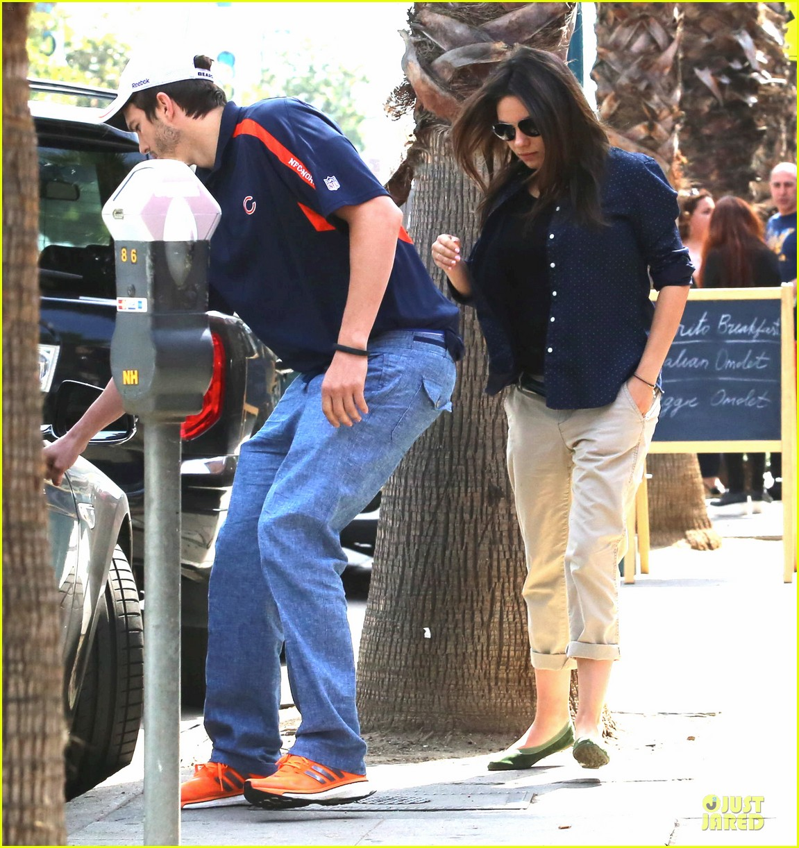 ashton kutcher gentleman for pregnant mila kunis 013110133