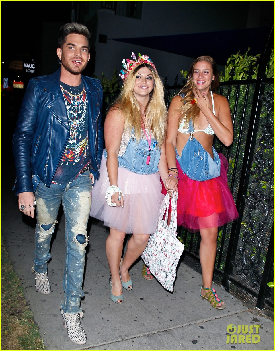 adam lambert looks like hes having a really fun night with friends 013111102