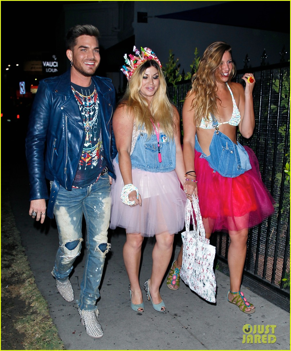 adam lambert looks like hes having a really fun night with friends 043111105