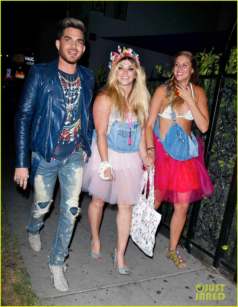 adam lambert looks like hes having a really fun night with friends 083111109