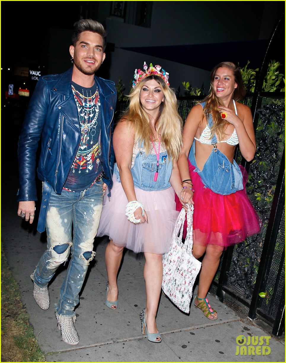 adam lambert looks like hes having a really fun night with friends 093111110