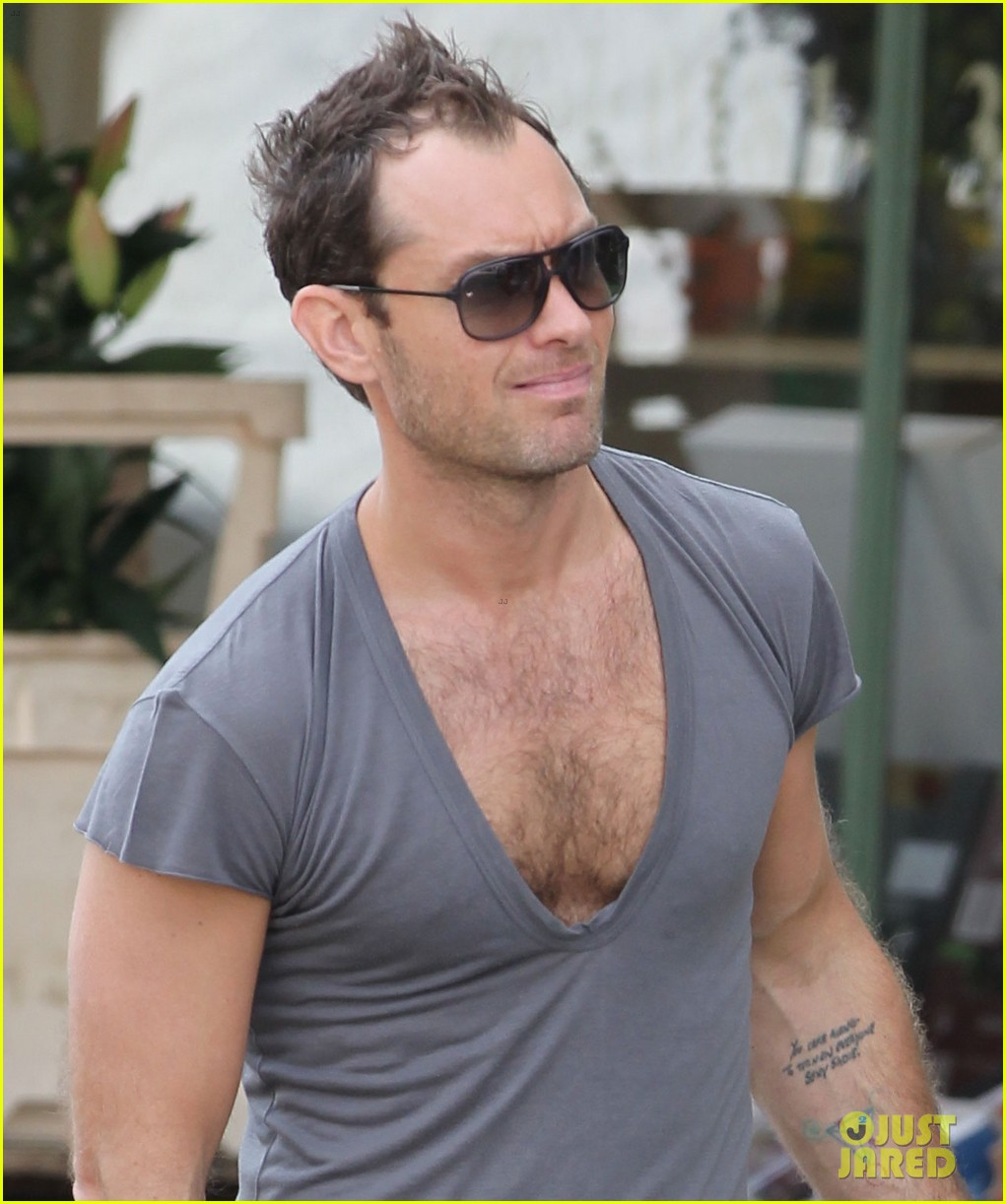 jude law flaunts his muscles in low cut t shirt 033117339